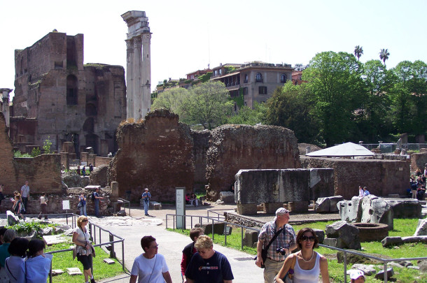 Touristes allées Forum romain