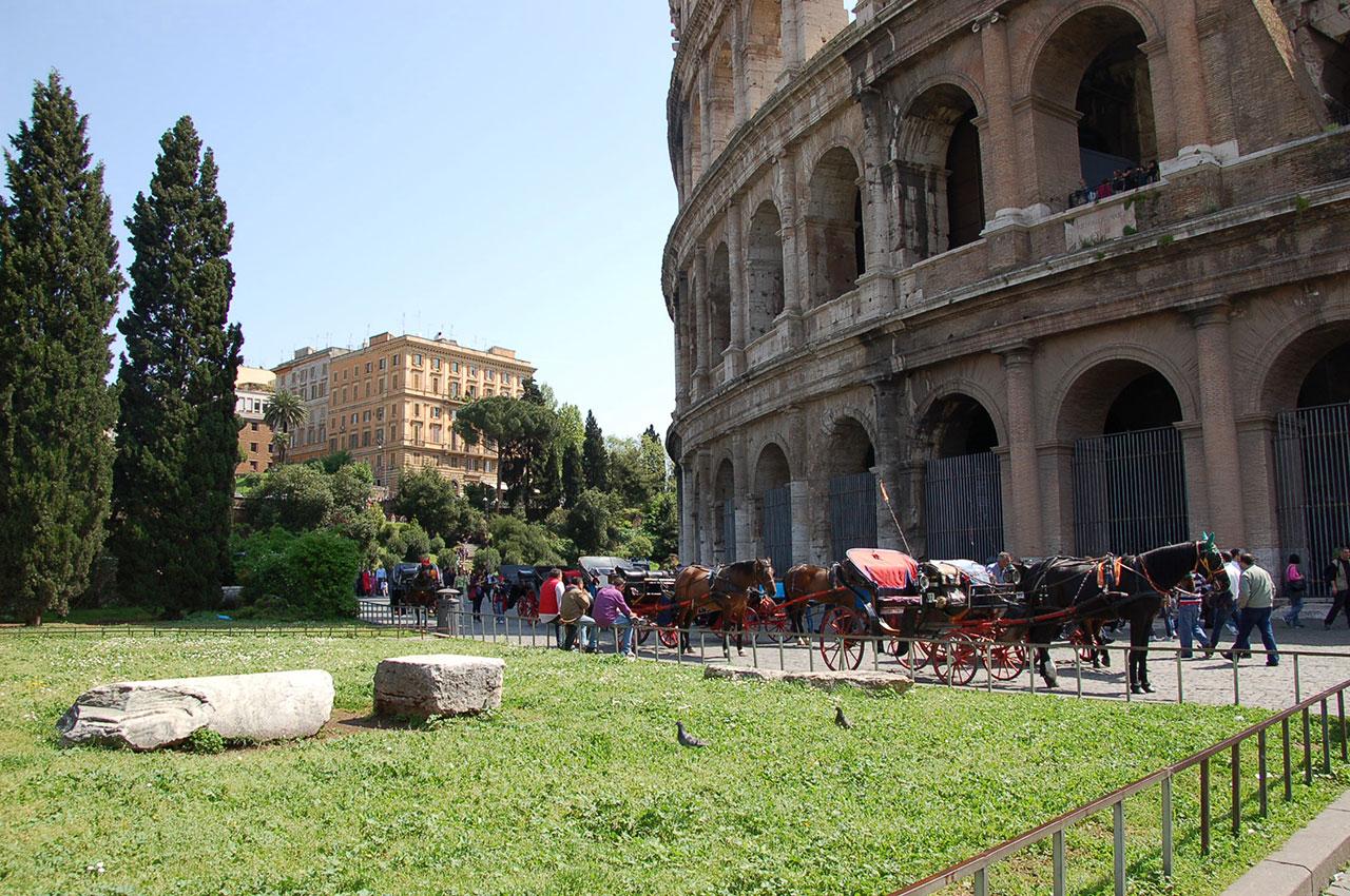 Calèches pour touristes au Colisée