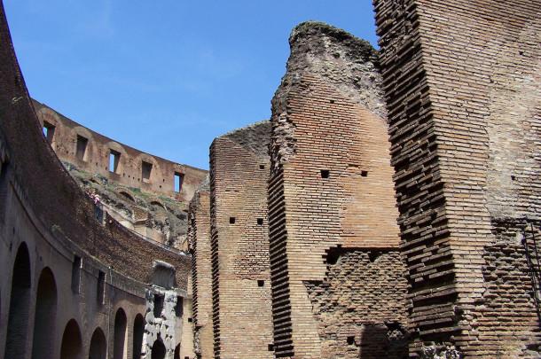 Balade dans les gradins en ruine du Colisée