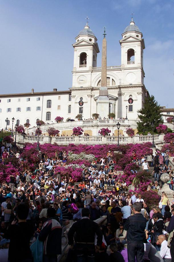 Touristes à la Trinité des Monts à Rome