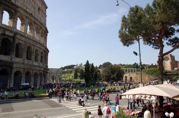 Marchands ambulants devant le Colisée