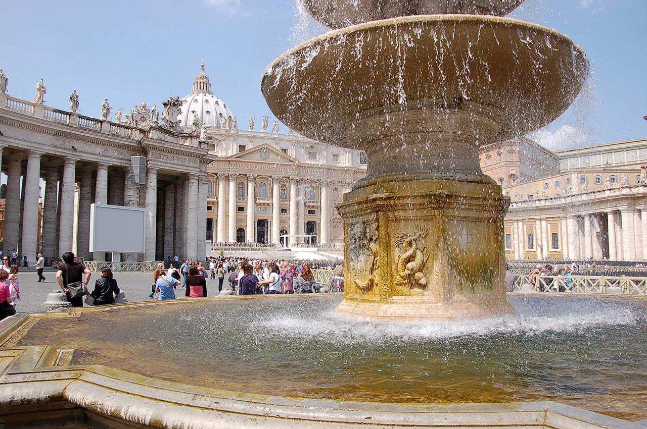 Fontaine du Bernin devant la basilique St-Pierre