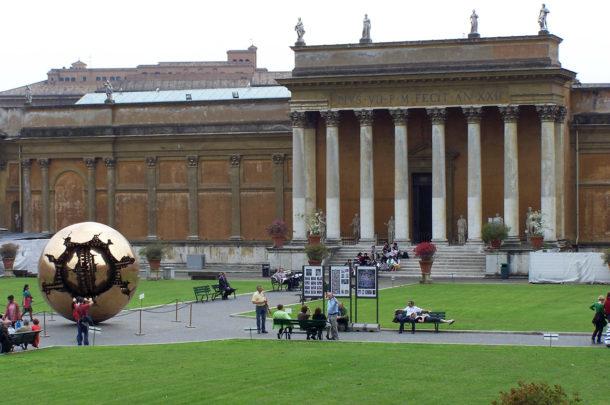 Globe d'or dans la cour des musées