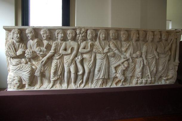 Sarcophage sculpté