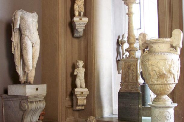 Statues et poteries romaines