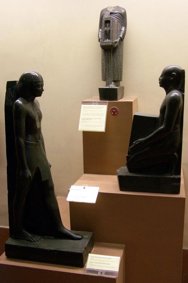 Statues votives de prêtres