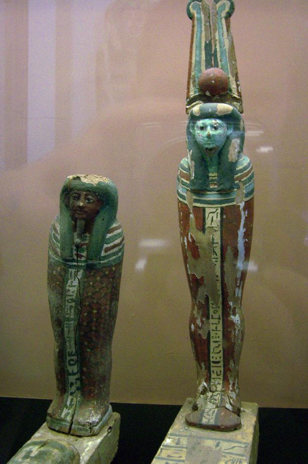Statuettes au musée grégorien égyptien