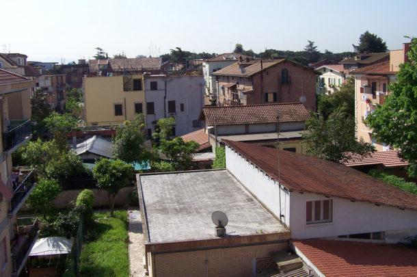 Maisons dans la banlieue de Rome