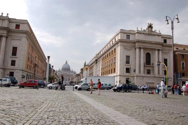 La basilique Saint-Pierre depuis la Piazza Pia