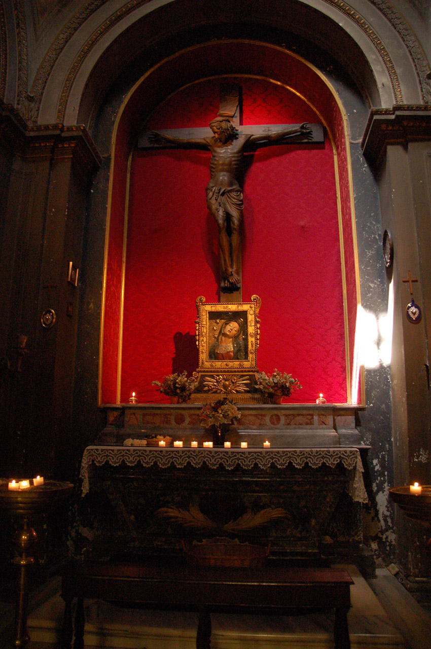 Christ en croix dans la basilique
