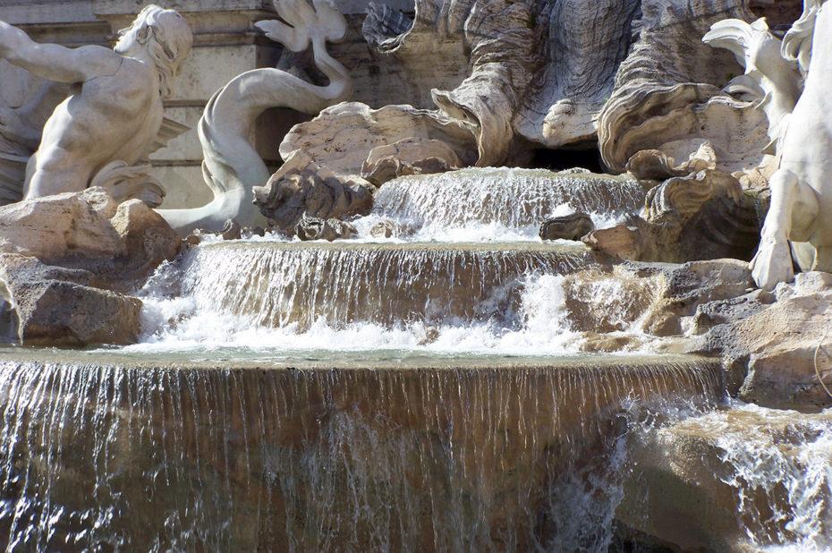 Jeter une pièce dans la fontaine de Trevi pour revenir à Rome