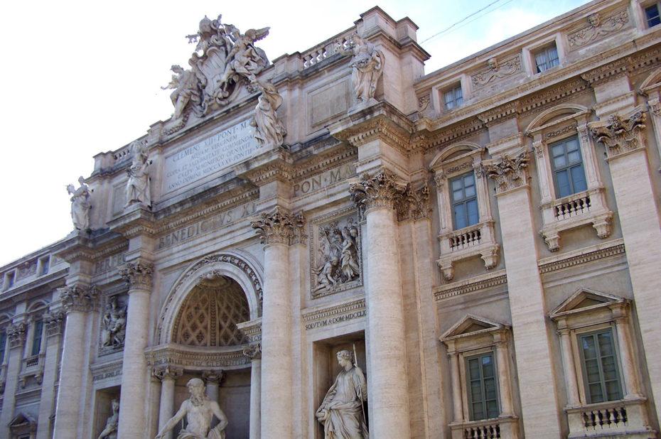 Adossée à un palais, la fontaine de Trevi