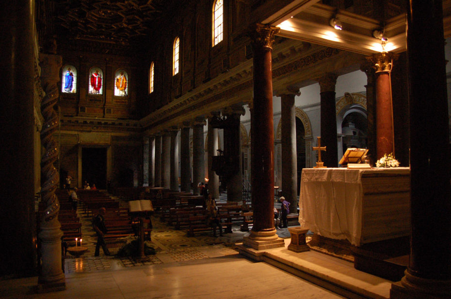 Intérieur de l'église avec l'autel