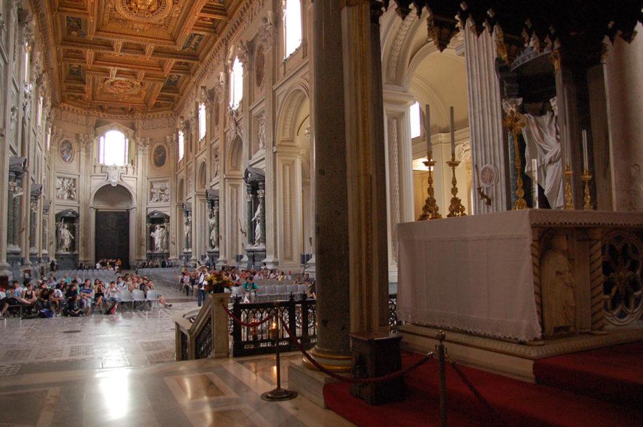La nef et l'autel papal de la basilique