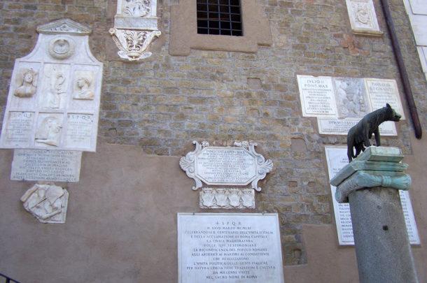 Plaques commémoratives derrière la louve