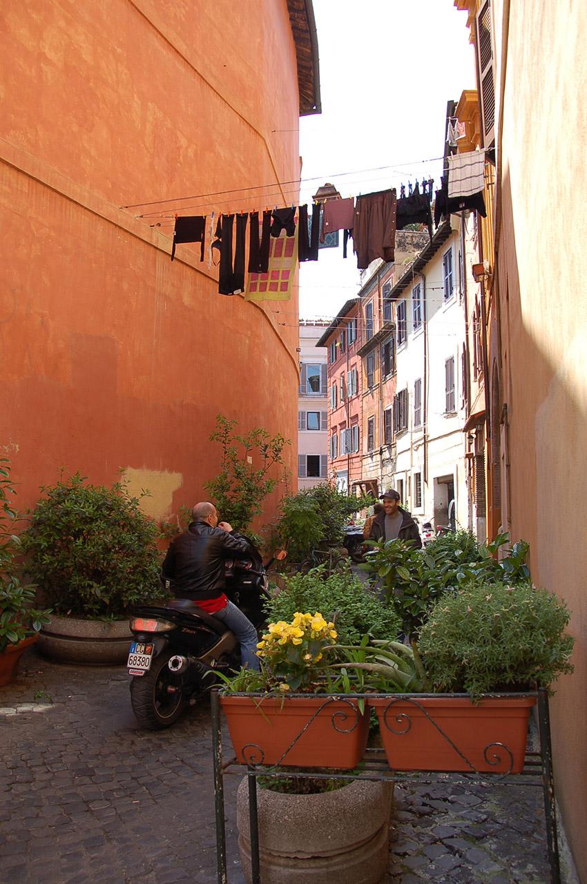Ruelle colorée du Trastevere, le linge aux fenêtres