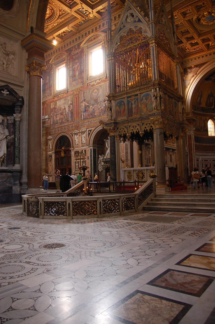 Sol cosmatesque et autel papal