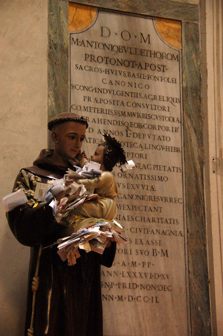 Intentions de prière sur la statue de Saint-Antoine