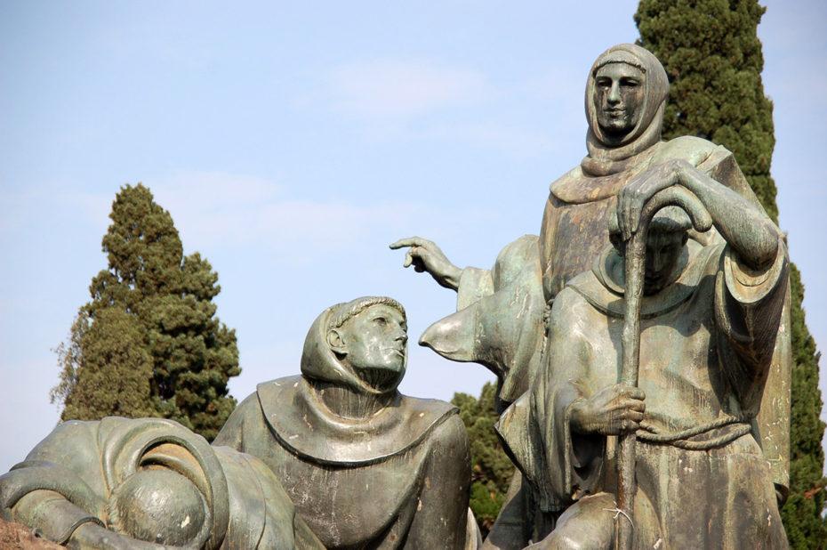 Statues aux côtés de Saint-François d'Assise