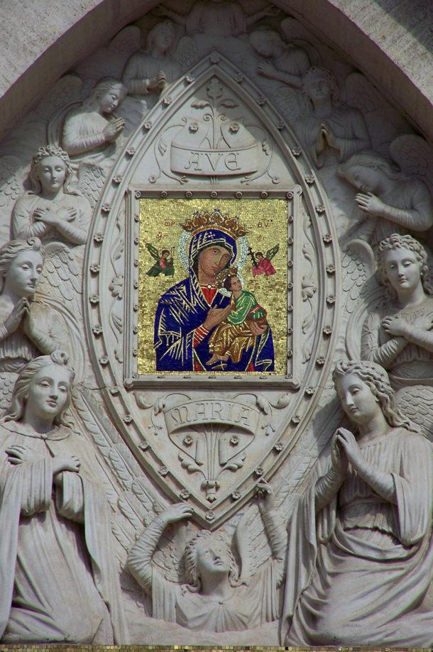 Vierge à l'Enfant dans le fronton d'une église