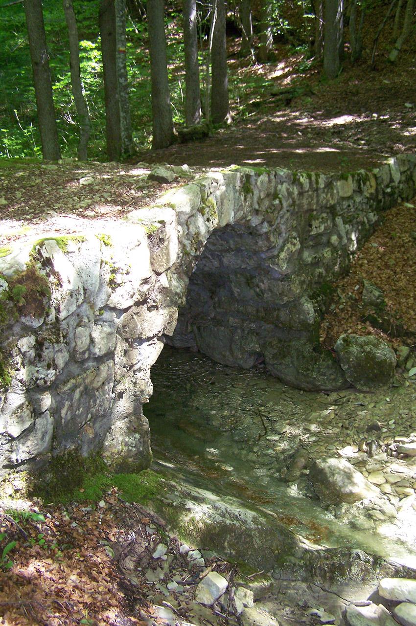 Pont en pierres sur le Cozon