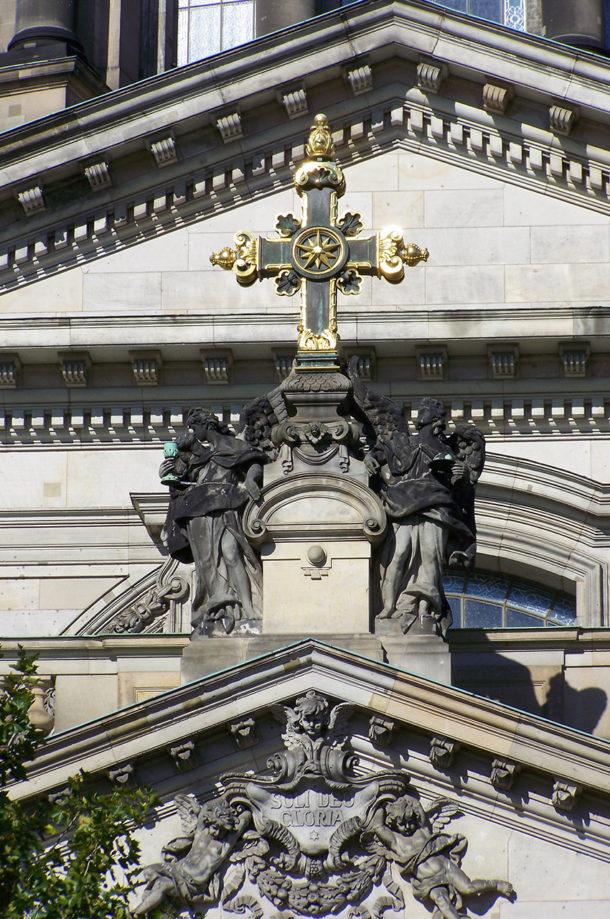 Croix en or sur la façade du Berliner Dom