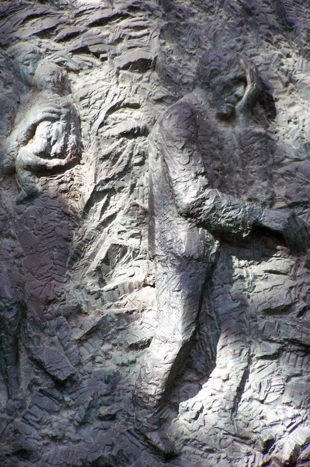 Détails des sculptures de la porte latérale
