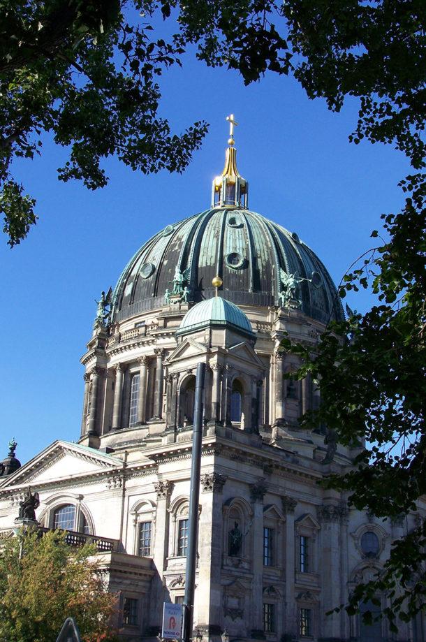 Le dôme du Berliner Dom dans les arbres
