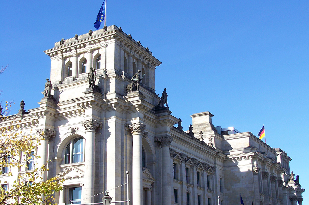 Drapeaux allemand européen flottent Palais Reichstag