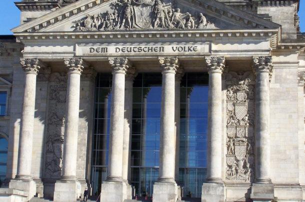 L'entrée et les colonnes du Reichstag