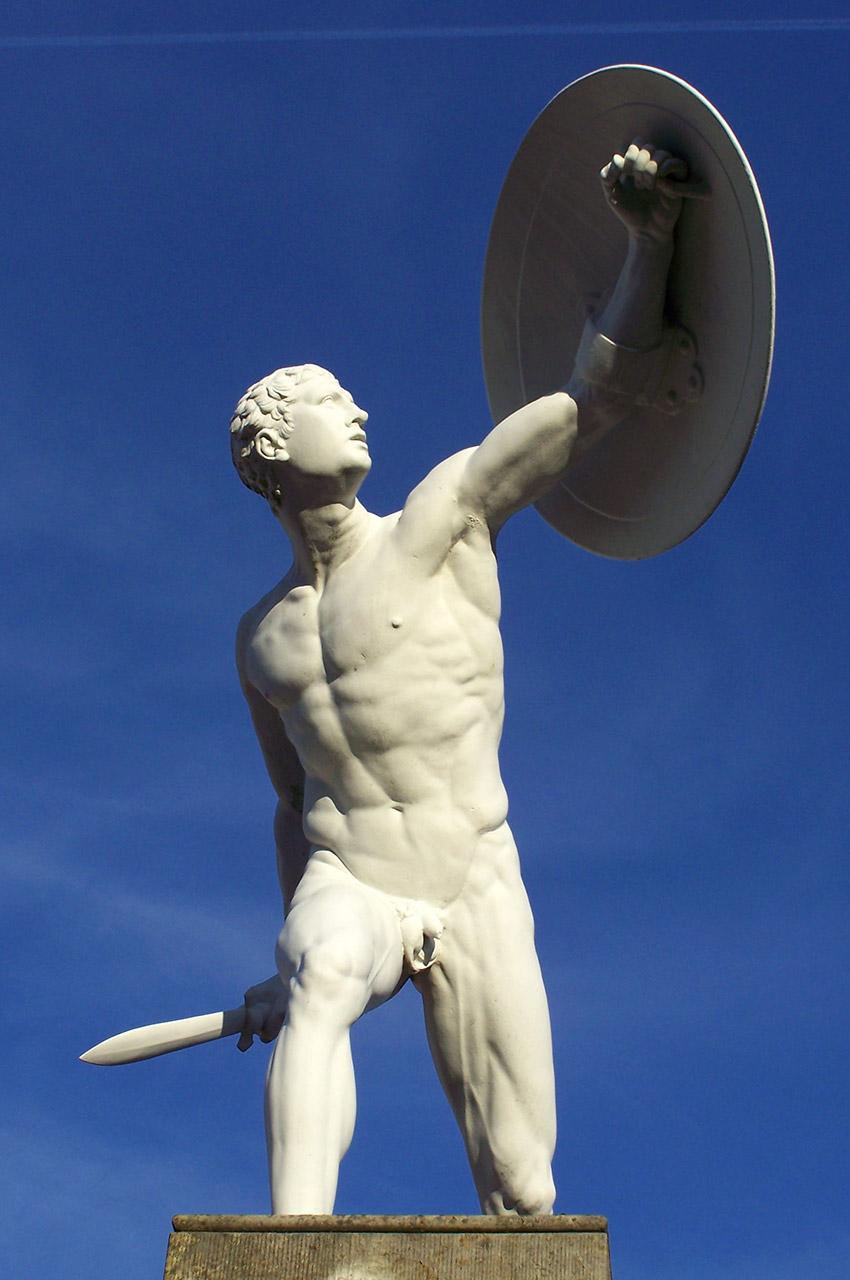 Statue d'un homme tenant une épée et un bouclier