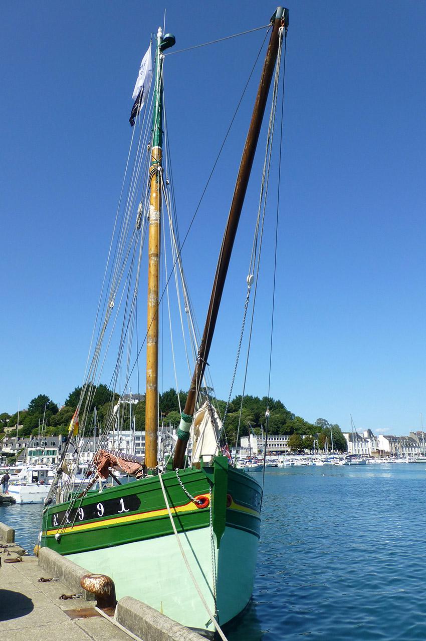 Un bateau dans le port d'Audierne