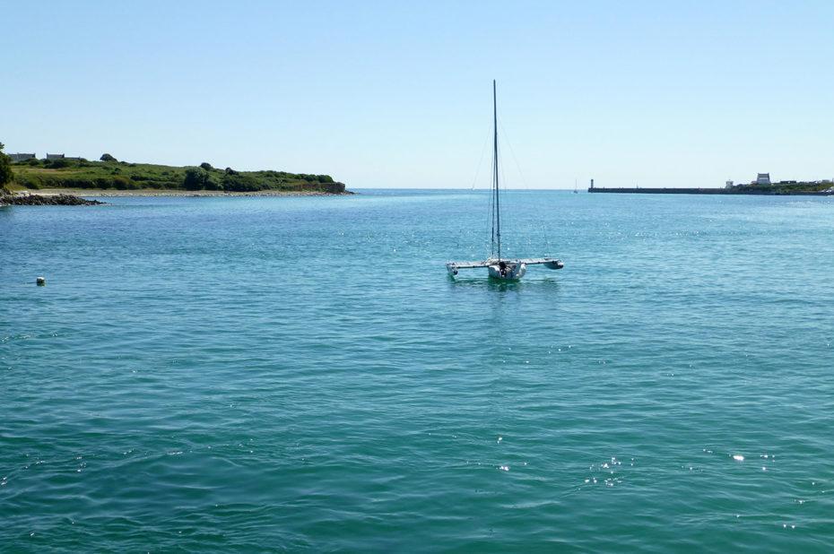 Catamaran abandonné sur l'océan qui scintille