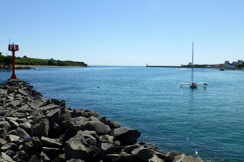 Un catamaran près de la plage