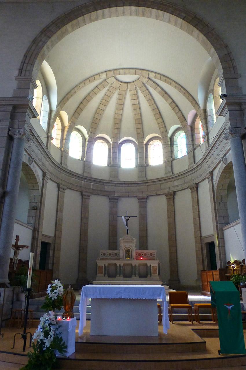 Le chœur de l'église et l'autel