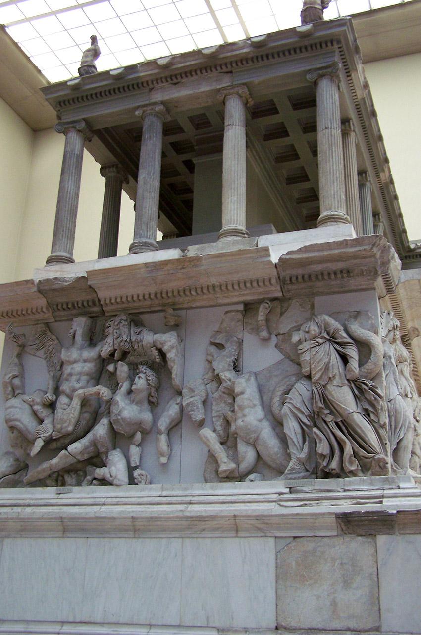 Colonnes et sculptures du Grand Autel de Pergame