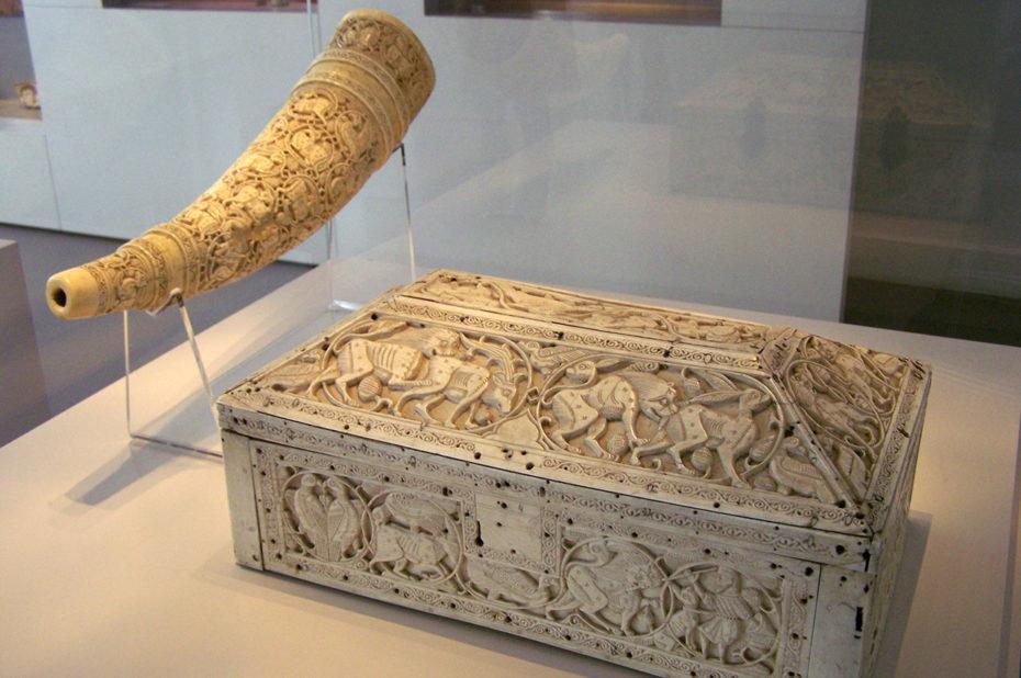 Corne et coffret en ivoire sculpté