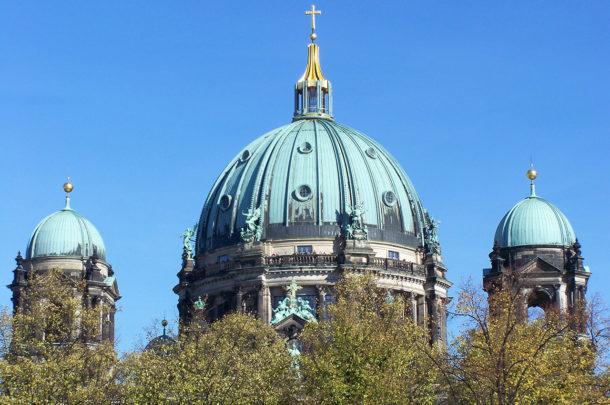 Les coupoles du Berliner Dom dans les arbres
