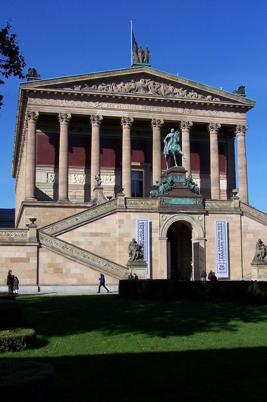 Der Deutschen Kunst sur le fronton de l'Alte Nationalgalerie
