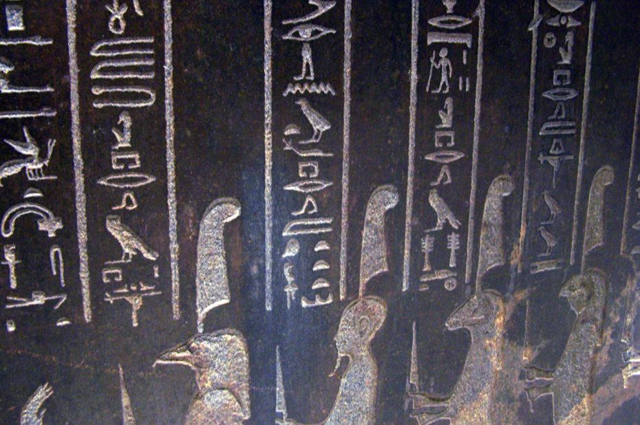 Détail des hiéroglyphes gravés sur le sarcophage