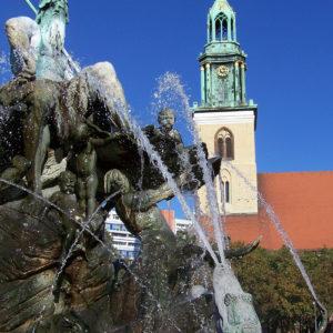 Le dieu Neptune au sommet de la fontaine en bronze