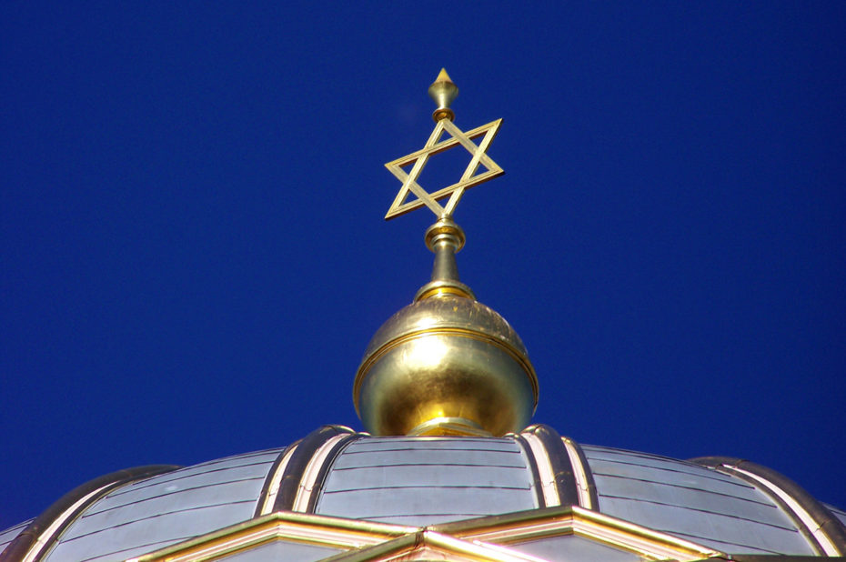 L'étoile dorée au sommet de la Synagogue