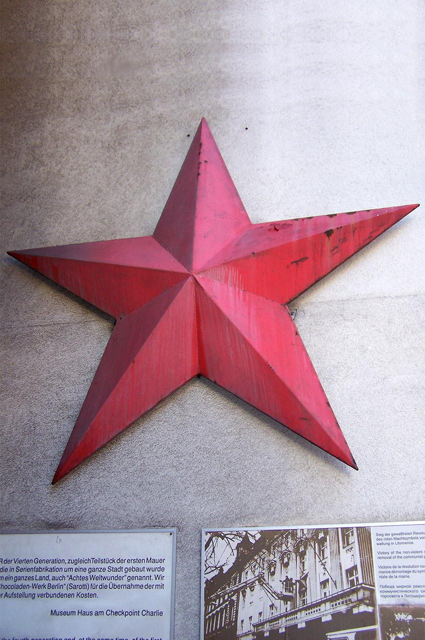 Étoile rouge à Checkpoint Charlie