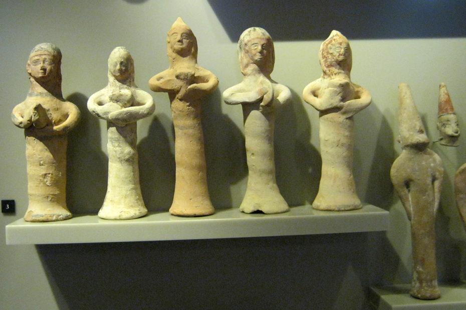 Petites figurines en terre cuite
