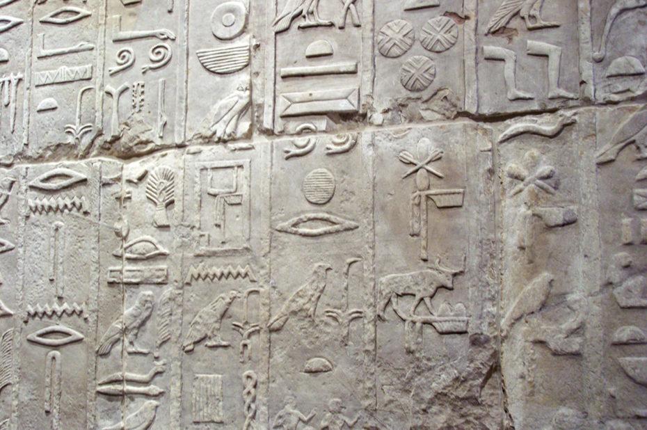 Hiéroglyphes sur le mur du mastaba