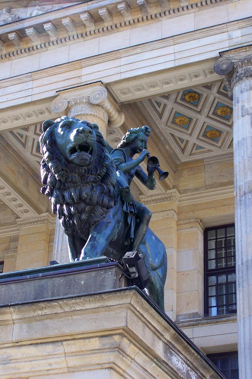 Un musicien sur un lion au Gendarmenmarkt