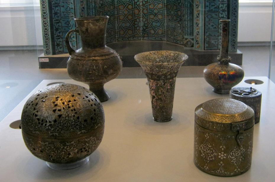 Objets d'art islamique en laiton ou bronze, de Syrie ou d'Irak