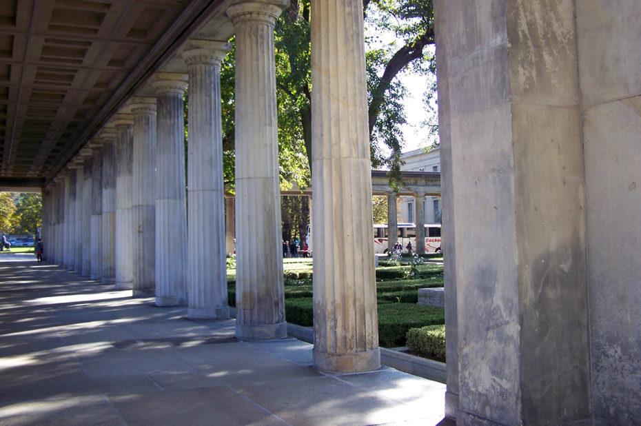 A l'ombre des colonnes autour du jardin