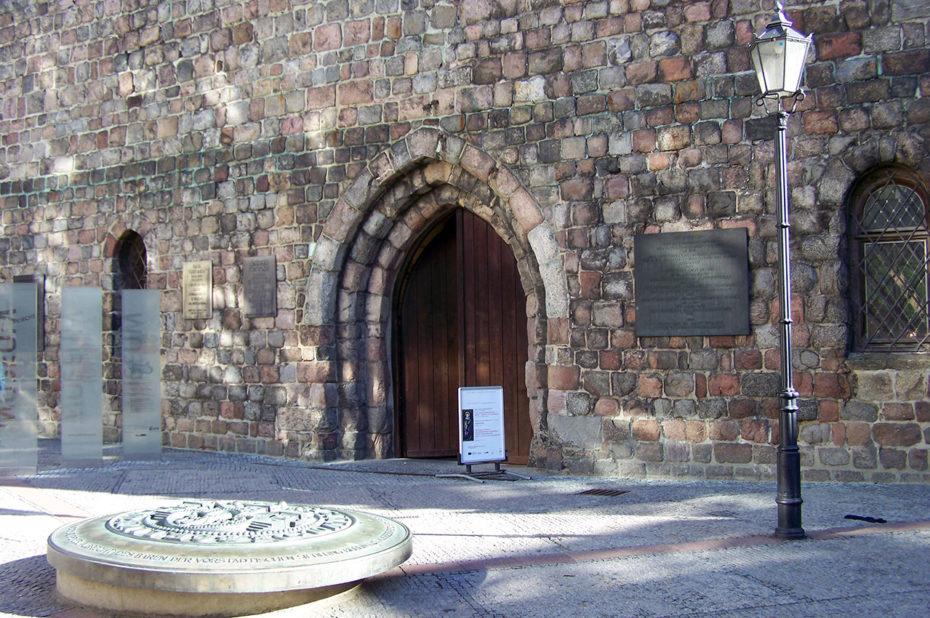 Le parvis et l'entrée principale