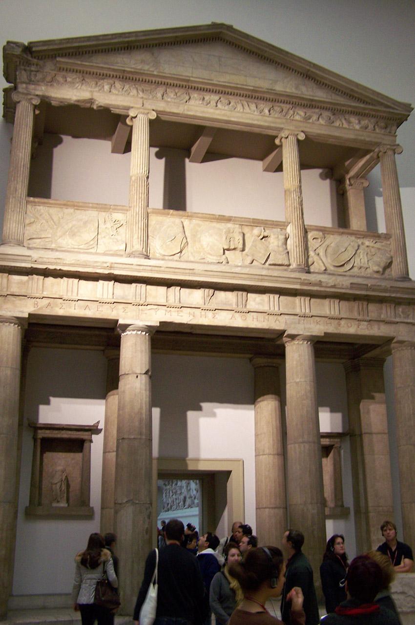 Le propylon du sanctuaire d'Athéna Nikephoros